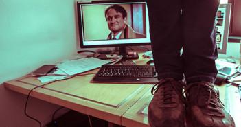 Blogger-Füße auf einem Schreibtisch; Rechte: WDR/Domke