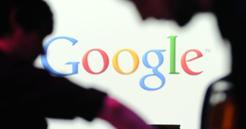 Google Logo mit Schatten von Personen davor; Rechte: dpa/Picture Alliance