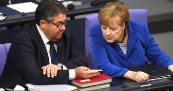 Gabriel und Merkel mit Smartphone; Rechte: dpa/Picture Alliance