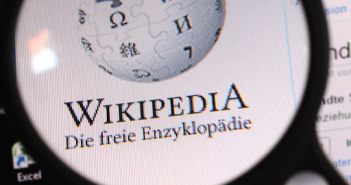 Wikipedia mit Lupe; Rechte: dpa/Picture Alliance