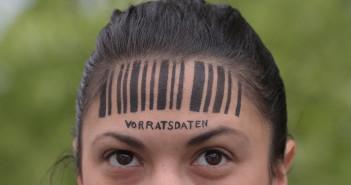 Frau mich Barcode auf der Stirn; Rechte: dpa/Picture Alliance