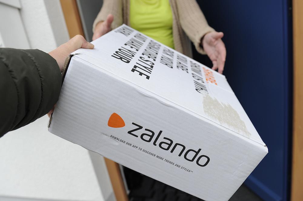 Zalando Paket wird zugestellt; Rechte: dpa/Picture Alliance