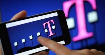 Frau tippt auf Smartphone; Rechte: Telekom