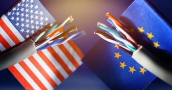 Durchgeschnittenes Internetkabel mit Fahnen der USA und EU...; Rechte: dpa/Picture Alliance