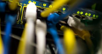 Netzwerkkabel am Router; Rechte; dpa/Picture Alliance