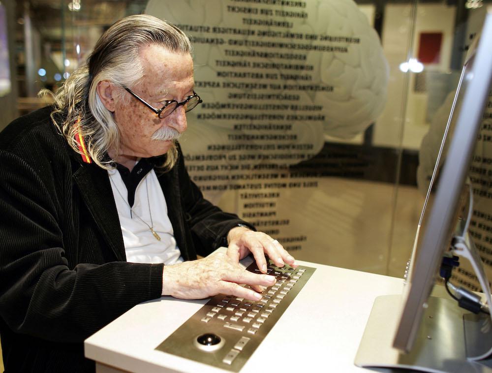 Der Computerexperte Joseph Weizenbaum sitzt im Computermuseum Paderborn