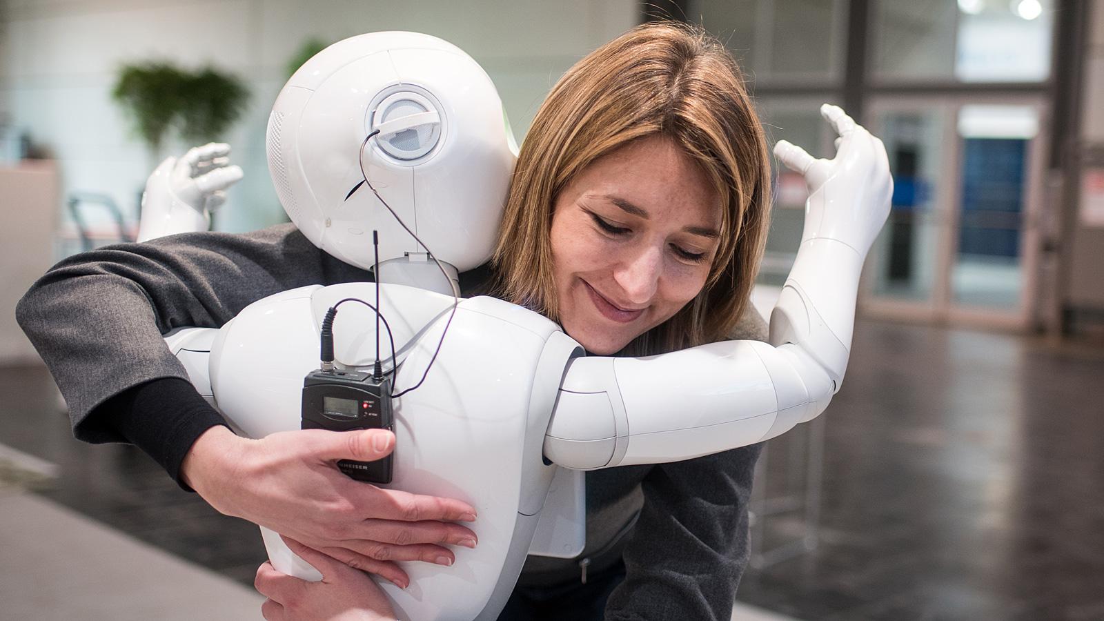 Umarmung mit einem Roboter