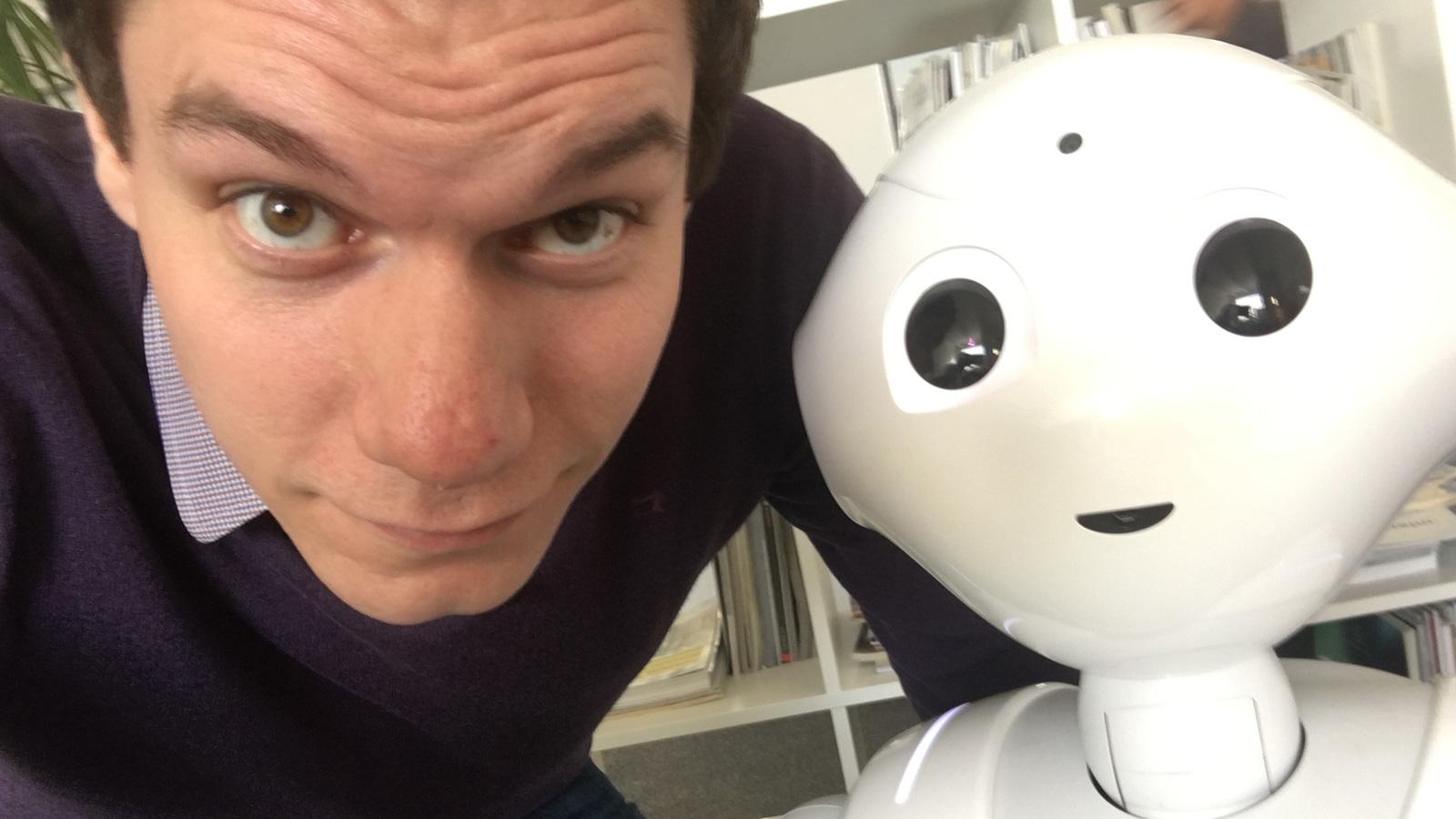 Dennis Horn und Roboter Pepper