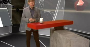 Jörg Schieb redet mit Google Home; Rechte: WDR/Schieb
