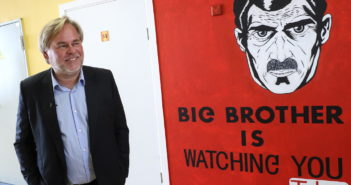 Eugene Kaspersky und Big Brother is Watching You Plakat; Rechte: dpa/Picture Alliance