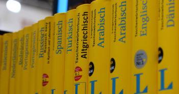 Wörterbücher für verschiedene Sprachen; Rechte: dpa/Picture Alliance