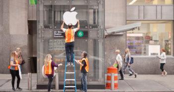 """Das Comedy-Kollektiv """"Improv Everywhere"""" hängt Apple-Logos an einem U-Bahn-Schacht in New York auf. (Rechte: Improv Everywhere)"""