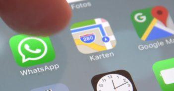WhatsApp Logo im Spartphone; Rechte: WDR/Schieb