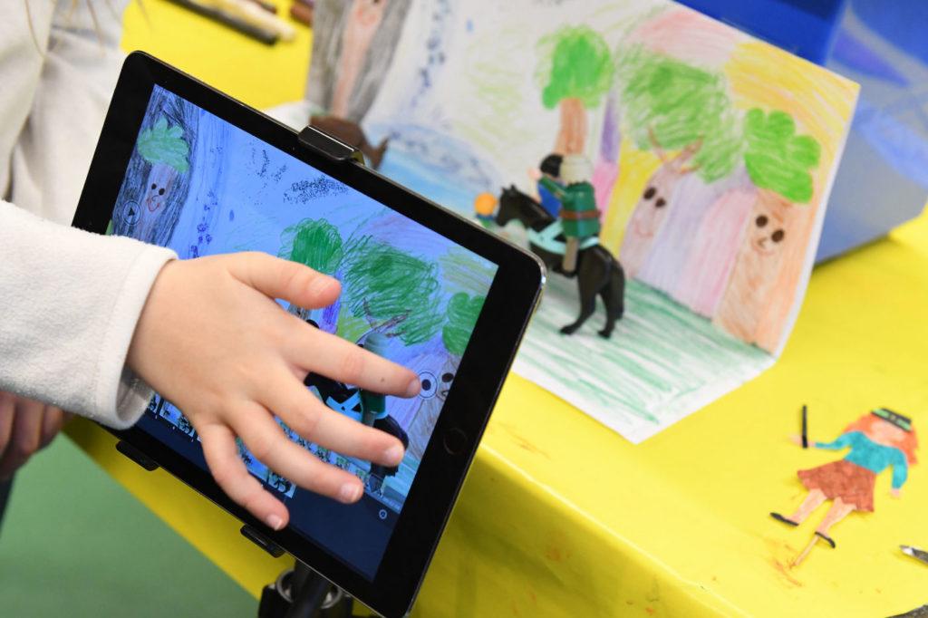 Kinder spielen am Tablet und werden häufig mit Werbung konfrontiert; Rechte: dpa/Picture Alliance
