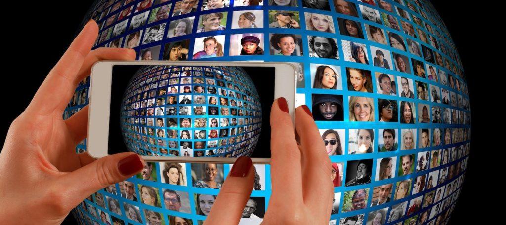 Alle unter Komtrolle: Jeder kann alles öffentlich machen; Rechte: Pixabay
