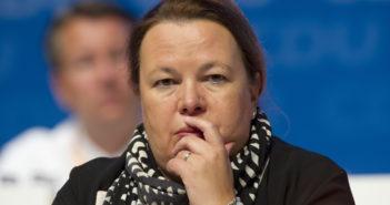 Ursula Heinen-Esser knüpft sich WhatsApp vor; Rechte: dpa/Picture Alliance