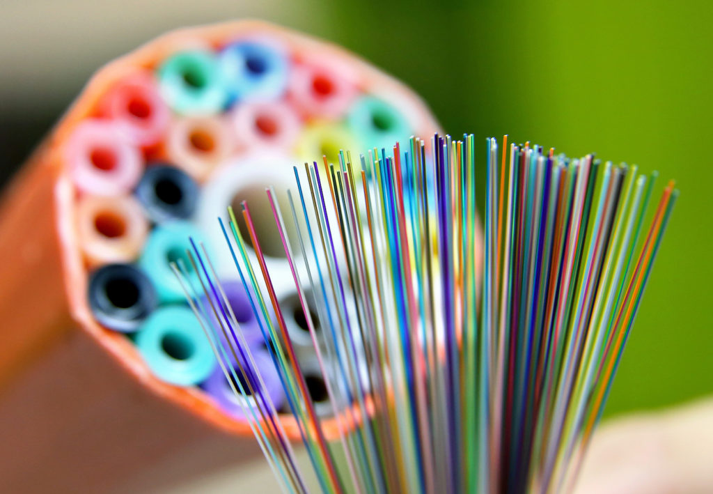Glasfaser ermöglicht deutlich höhere Bandbreiten im Netz; Rechte: dpa/Picture Alliance