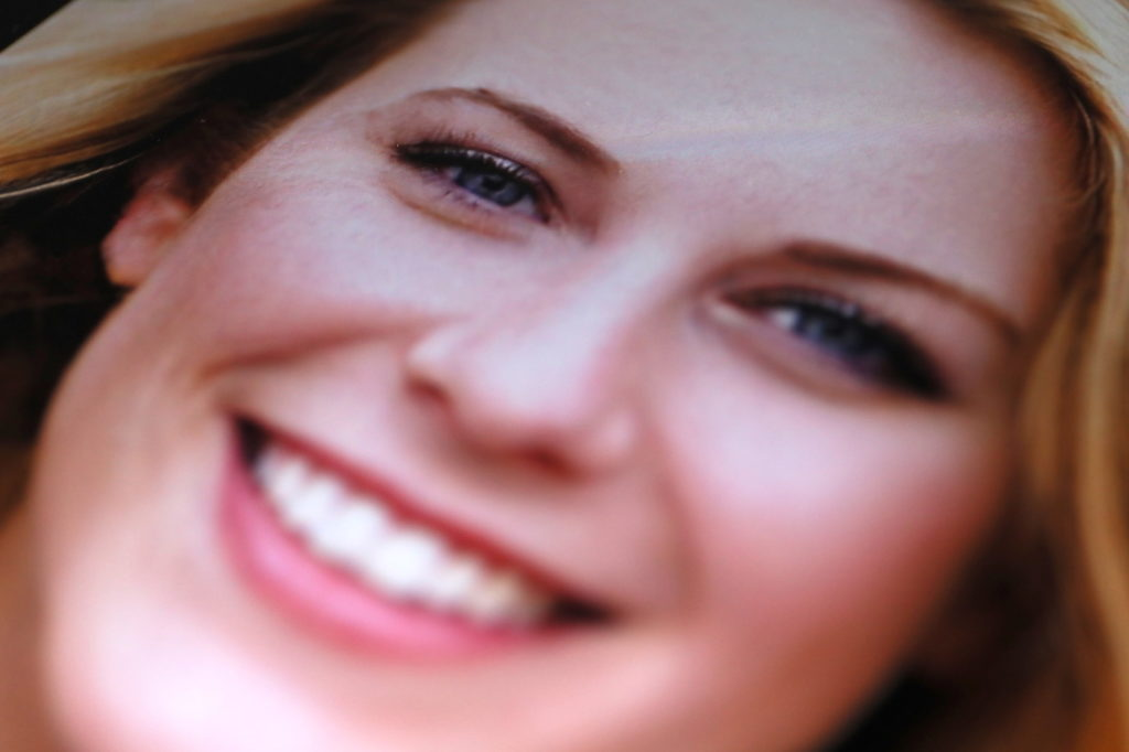 Ein falsches Lächeln aus dem KI-Compuer; Rechte: WDR/Schieb