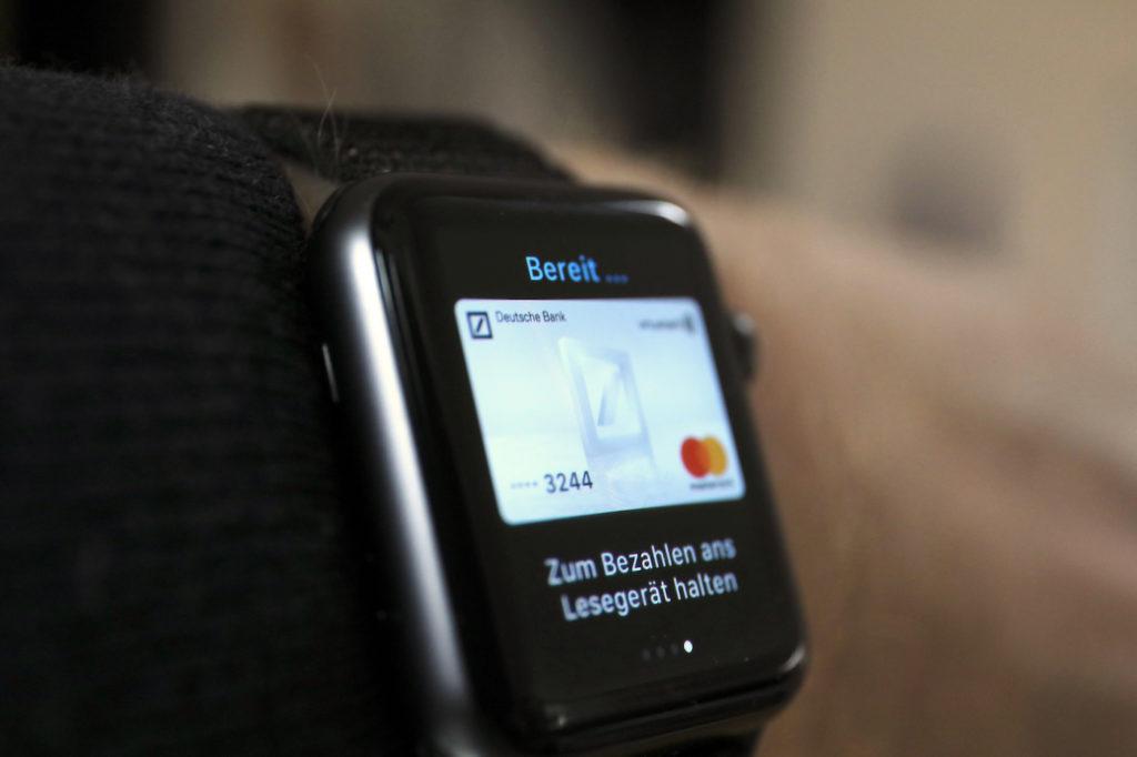 Bezahlen mit der Smartwatch wird immer populärer; Rechte: dpa/Picture Alliance