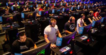 Besucher auf der Gamescom 2018 in Köln. (Bild: picture alliance/Christophe Gateau/dpa)