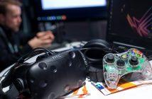 Auf einem Tisch liegen ein Controller und eine VR-Brille. (Bild: picture alliance/Monika Skolimowska/dpa)