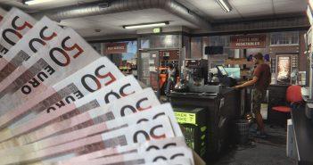 """Geldscheine vor einer Spielszene aus """"Raw"""". (Bild: picture-alliance / MAX PPP/MAXPPP und Raw / Killerwhale Games)"""