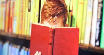 Junge liest Bücher; Rechte: WDR/Schieb