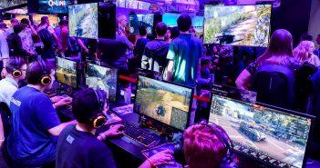 """Auf der Gamescom 2019 spielen die Gamer am Stand von """"Wargaming"""". Bildrechte: Koelnmesse / Thomas Klerx"""