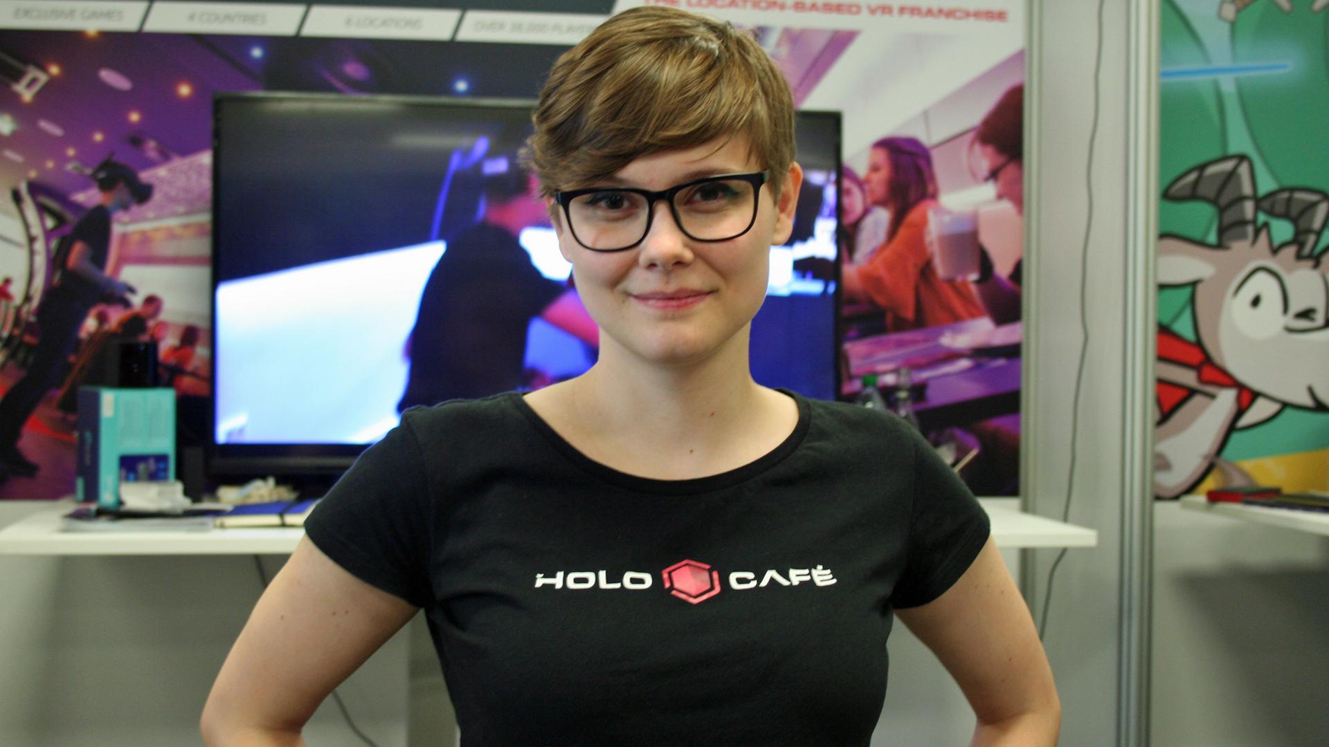 Jessica Karger präsentiert das Holocafé auf der Devcom im Rahmen der Gamescom 2019. Bildrechte: WDR / Thomas Ruscher