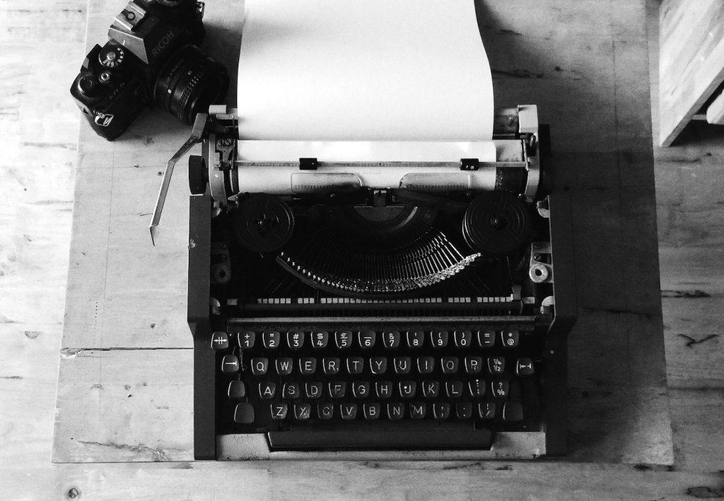 Schreibmaschine und Kamera: So sah Journalismus früher aus; Rechte: WDR/Schieb