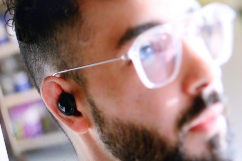 Echo Buds verschwinsden nahezu vollständig im Ohr; Rechte: Amazon/WDR/Schieb