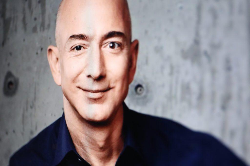 Jeff Bezos hat gut Lachen: Unternehmen schreibt eigene Regulierung für Gesichtserkennung; Rechte: Amazon/WDR/Schieb