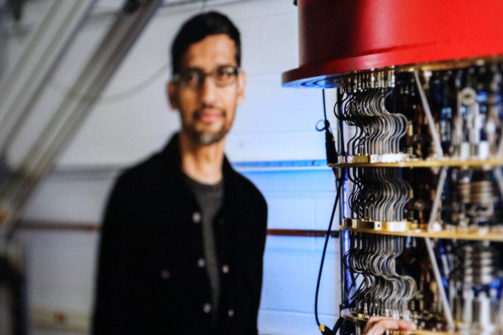 Google Chef Sundar Pichai vor Quantencomputer; Rechte: WDR/Google/Schieb