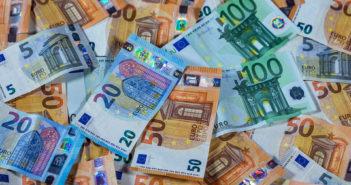 Viele Geldscheine liegen auf einem Haufen. Bild: picture alliance/Jens Büttner/dpa-Zentralbild/ZB