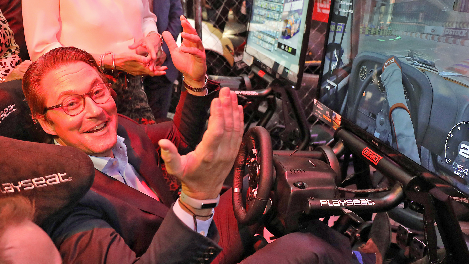 Andreas Scheuer (CSU, vorne), Bundesverkehrsminister sitzt auf der Gamescom an einem Computerspiel. Bild: picture alliance/Oliver Berg/dpa