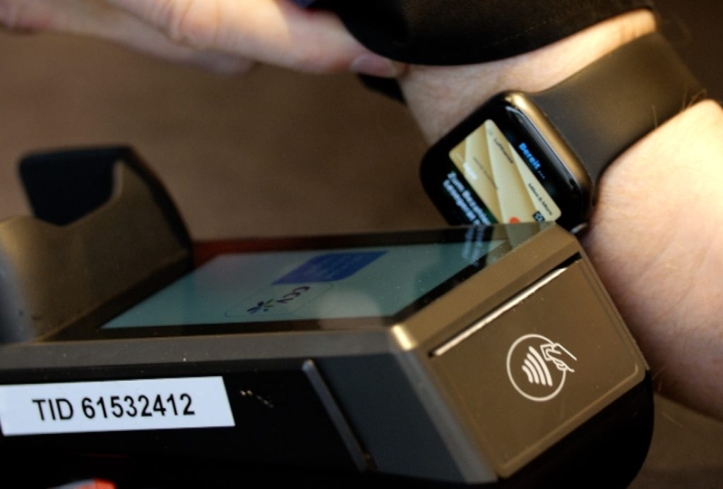Bezahlen mit der Smartwatch: Bequem - aber derzeit gibt es auch Risiken; Rechte: WDR/Schieb