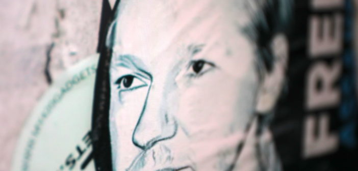 "Aufkleber ""Free Julian Assange""; Rechte: WDR/Schieb"