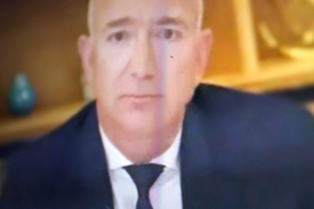 Neben Jeff Bezos von Amazon mussten auch Google, Facebook und Apple aussagen; Rechte: WDR/Schieb