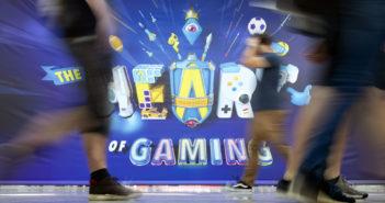 """Menschen laufen auf der Gamescom 2019 am Motto """"The Heart of Gaming"""" vorbei. Bild: Picture Aliance / Geisler-Fotopress"""