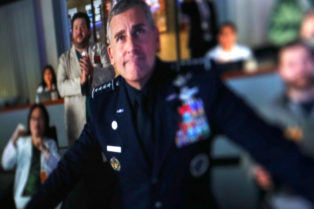 """In der Serie """"Space Force"""" ist es klare Sache: Der Präsident twittert die Befehle, Rechte: Netflix/WDR/Schieb"""