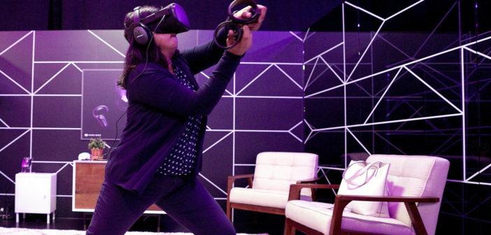 """Eine Frau spielt mit der Virtual-Reality-Brille """"Oculus Quest"""". Bild: picture alliance / AP Photo"""