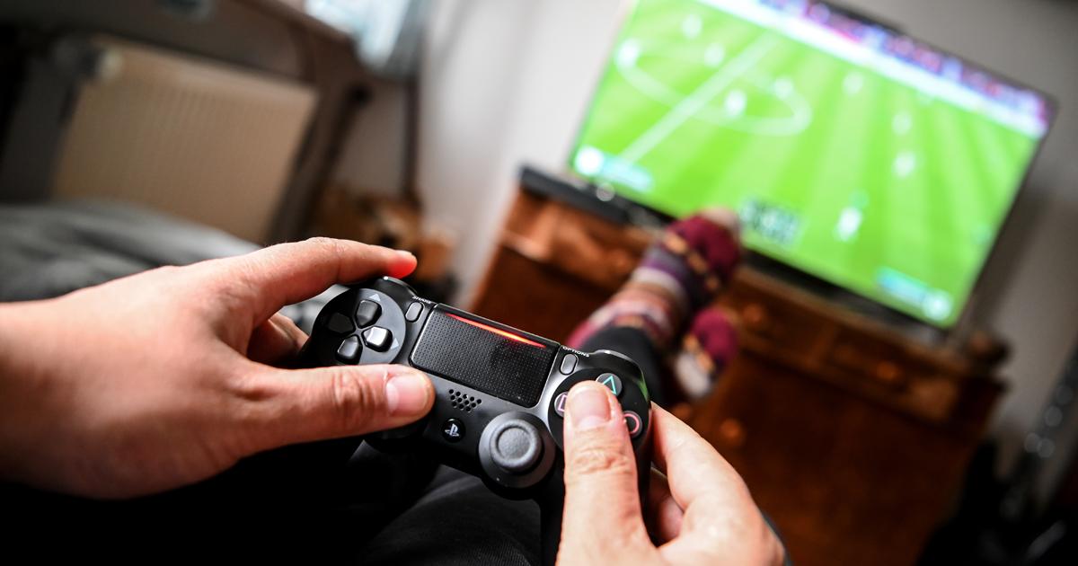 Ein junger Mann spielt mit der Spielekonsole Playstation vor dem Fernseher. Bild: Britta Pedersen/dpa