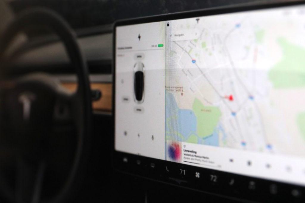 Im Zentrum jedes Tesla-Wagens: das Dashboard; Rechte: WDR/Schieg