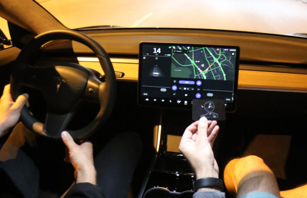 Das Innenleben eines Tesla: Jede Menge Kameras und unkomtrollierte Datenströme nach USA; Rechte: WDR/Schieb