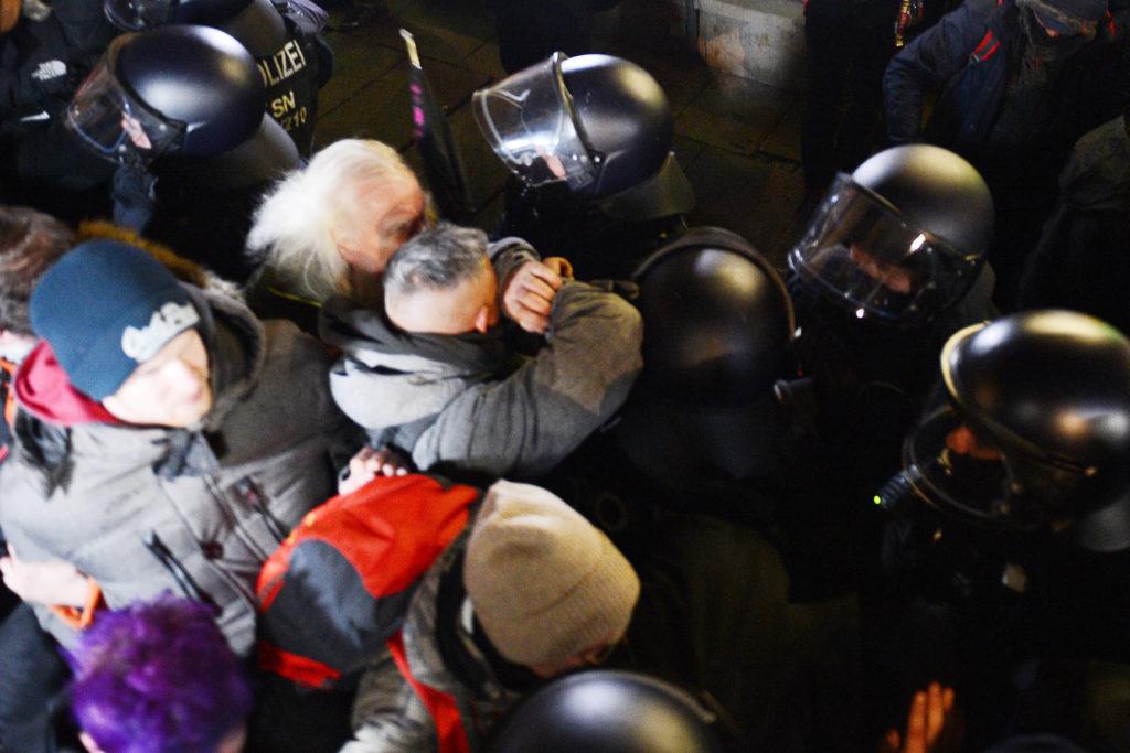 Zusammenstöße zwischen Polizei und Demonstranten bei einer Demonstration gegen die Corona-Maßnahmen in Leipzig.