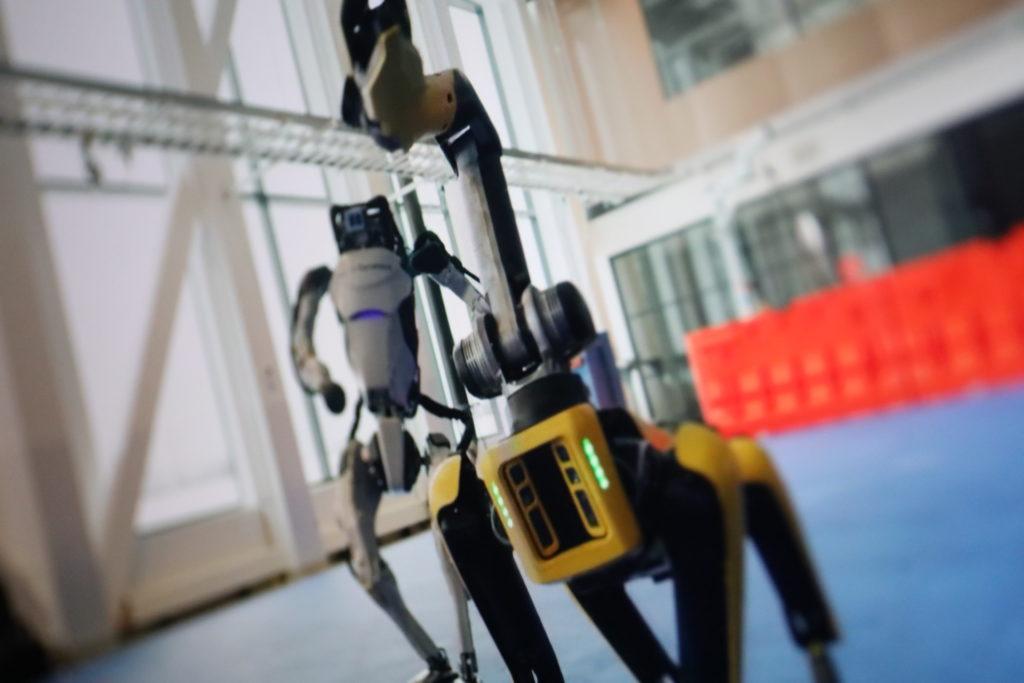 Roboter von Boston Dynamics tanzen; Rechte: WDR/Schieb