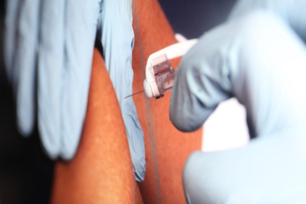 Unmittelbar nach der ersten Impfung werden Fake-News kursieren; Rechte: WDR/Schieb
