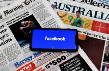 Smartphone mit Facebook-App auf australischen Zeitungen