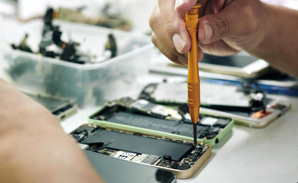 Längst nicht in allen Geräten lässt sich der Akku austauschen; Rechte: WDR/Schieb