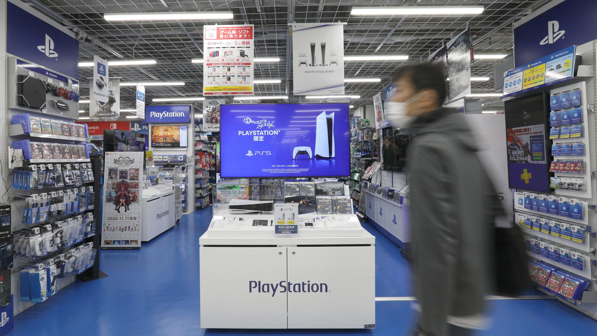 In einem Laden steht die Playstation 5 zum Verkauf. picture alliance/dpa/Jiji Press